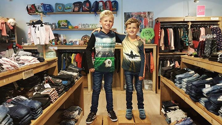De gebroeders van Wieringen in té coole shirts van Legends22 en stoere jeans van...
